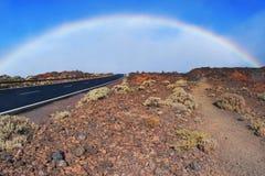 Regnbåge ovanför bergvulkanvägen Volacano Pico del Teide, nationalpark, Tenerife, kanariefågelöar, Spanien arkivfoton