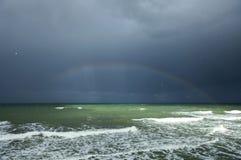 Regnbåge ovanför havet Fotografering för Bildbyråer