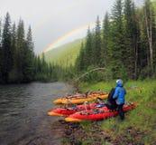 Regnbåge på bakgrunden av den lösa naturen av Altaien, barrskogar och dalen av den Bashkaus floden SOMMAREN landskap royaltyfri bild
