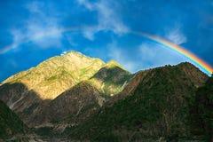 Regnbåge på berget Arkivbild