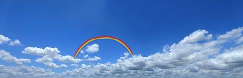 Regnbåge på blå himmel med molncloseupen, blå himmel för panorama med cl Arkivbilder