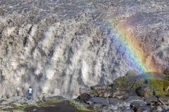 Regnbåge på den Dettifoss vattenfallet, Island Arkivfoto
