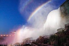 Regnbåge på den Niagara nedgången Arkivbilder
