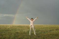 Regnbåge på grässlätten Royaltyfri Fotografi