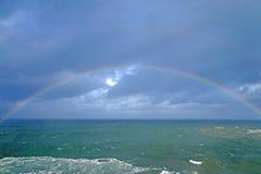 Regnbåge på havet Arkivfoto