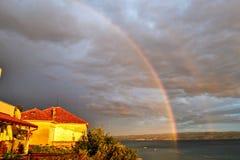 Regnbåge på himlen över havet Royaltyfri Bild