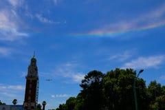 Regnbåge på himmel i San svalafyrkant i Buenos Aires royaltyfri foto