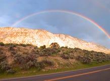 Regnbåge på Mammoth Hot Springs i den Yellowstone nationalparken i Wyoming Förenta staterna Fotografering för Bildbyråer