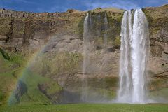 Regnbåge på Seljalandfoss i Island Arkivfoton