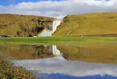 Regnbåge på Skogafoss Island. arkivfoton