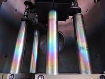 Regnbåge på täckte stålstänger inom kammare för vakuumavlagring royaltyfri foto
