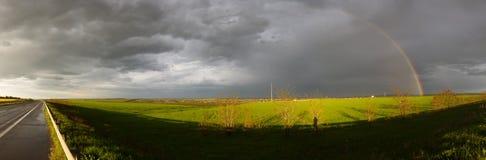 Regnbåge på vägen Arkivfoton