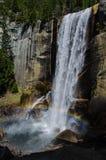 Regnbåge på Vernal nedgångar i den Yosemite nationalparken arkivbild