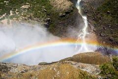 Regnbåge som är synlig uppifrån av övreYosemite Falls, Yosemite nationalpark, Kalifornien Royaltyfria Bilder