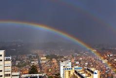 Regnbåge som inding i slumkvarteret Sao Paulo, Brasilien Arkivbilder