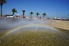Regnbåge som produceras i konstgjord vattenspringbrunn arkivfoto