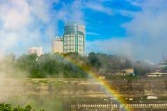 Regnbåge till Kanada över Niagara River, Niagara Falls Royaltyfri Bild