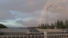Regnbåge, var Tallebudgera liten vik möter havet, Gold Coast, Australien arkivfilmer