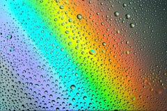 Regnbågebakgrund med droppar arkivfoton