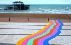 Regnbågebana och Brighton västra pir Royaltyfria Foton
