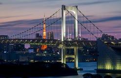 Regnbågebro med det Tokyo tornet Fotografering för Bildbyråer
