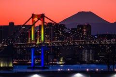 Regnbågebro med Mt Fuji Arkivfoto