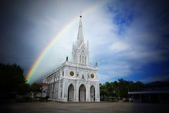 Regnbågebro och kyrka Arkivfoton