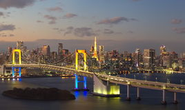 Regnbågebro och Tokyo torngränsmärke Royaltyfri Bild