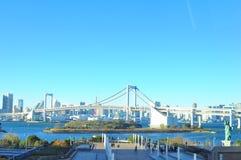 Regnbågebro som förbinder Odaiba och fastlandet Tokyo över den Tokyo fjärden Arkivbilder