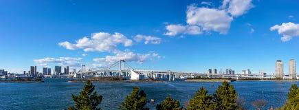 Regnbågebro som ses från Odaiba Royaltyfria Bilder