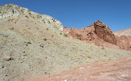Regnbågedal Valle Arcoiris, i den Atacama öknen i Chile De mineraliska richna vaggar av de Domeyko bergen ger dalen t arkivfoto