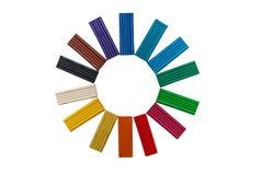 Regnbågefärg som modellerar lera eller plasticine för isolerade barn Arkivbild