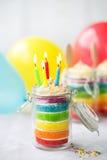 Regnbågefödelsedagkaka i en krus Royaltyfri Fotografi