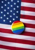 Regnbågeflagga och flagga av Förenta staterna arkivbilder