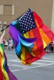 Regnbågeflaggor som vinkar på Columbus glad STOLTHET, ståtar Arkivfoton