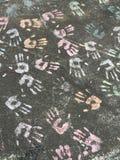 Regnbågehänder på trottoar royaltyfria bilder