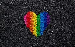 Regnbågehjärta på svart bakgrund, grus och singeln, LGBT-färger, förälskelsetapet, valentin Royaltyfri Fotografi