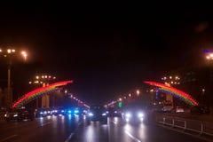 Regnbågeljus över en körbana i Peking Kina Arkivfoton