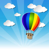 Regnbågeluftballon på himlen Arkivfoton