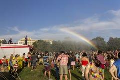 Regnbågen över folket som deltar i Prague, är stolt över Arkivbild