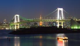 Regnbågen överbryggar på natten, Tokyo, Japan Fotografering för Bildbyråer