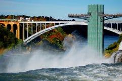 Regnbågen överbryggar förbindelseKanada och United States och Niagara Falls Fotografering för Bildbyråer