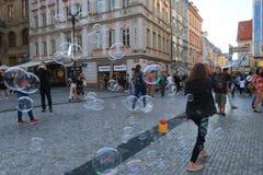Regnbågen bubblar i stadsfyrkanten arkivbild