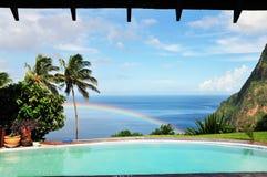 Regnbågen dyker upp från havet Arkivbilder