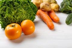 Regnbågen färgade frukter och grönsaker på en vit tabell Fruktsaft- och smoothieingredienser äta som är sunt royaltyfria bilder
