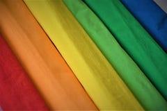 Regnbågen färgar kräppapper Arkivfoton