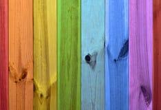 Regnbågen färgar träbakgrund arkivfoton