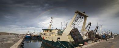 Regnbågen i fiskehamnen av San Benedetto del Tronto arkivbild