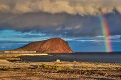 Regnbågen ovanför den Montana rojaen, Tenerife, kanariefågelöar Arkivbilder