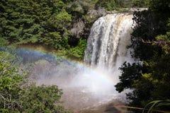 Regnbågenedgång i den nyazeeländska norra delen av ett land Arkivbild